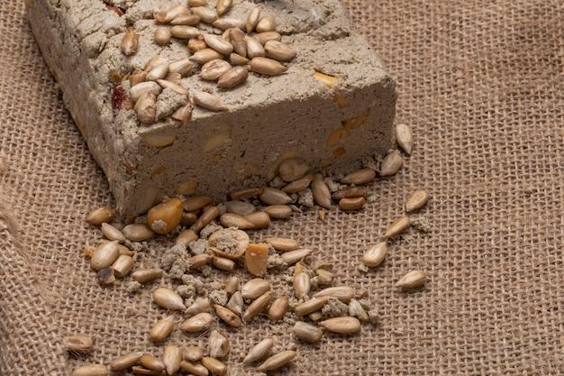 Вид сбоку вкусной халвы с семечками на вретище