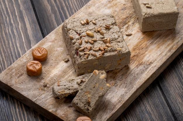 木の板にヒマワリの種でおいしいハルヴァの側面図