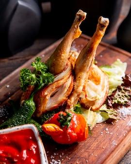 Жареная курица, подается с жареным перцем и помидорами
