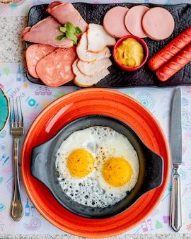 Жареные яйца с разными колбасками и горчицей