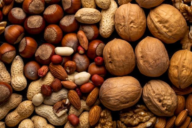 Вид сверху смесь орехов очищенных и в скорлупе