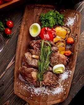 野菜のグリルオニオンとローズマリーの小枝を添えた揚げ肉