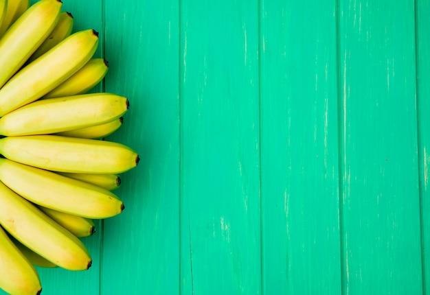 コピースペースを持つ緑の木に分離されたバナナの束のトップビュー
