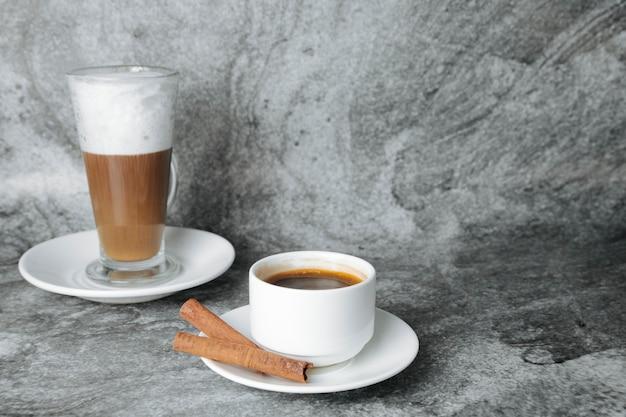 ラテとシナモンスティックとコーヒー