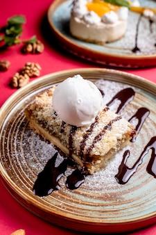 アイスクリームとチョコレートシロップをトッピングしたデザート