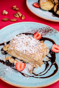 Десерт с сахарной пудрой и клубникой