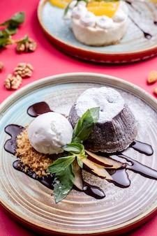 アイスクリームとチョコレートシロップのデザート
