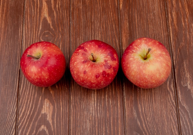 木製の背景に赤いリンゴの水平方向のビュー
