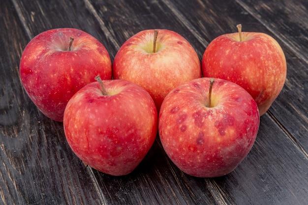 木製の赤いリンゴの側面図