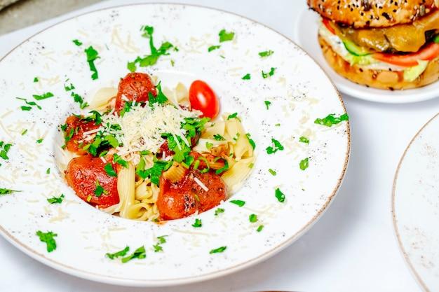 ハーブとチーズをトッピングしたトマトパスタ