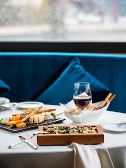ワインのグラスと様々な食べ物