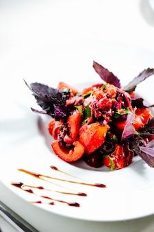 Смешанный салат с базиликом