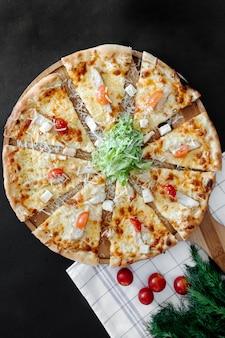 Пицца с помидорами, салатом и тертым сыром