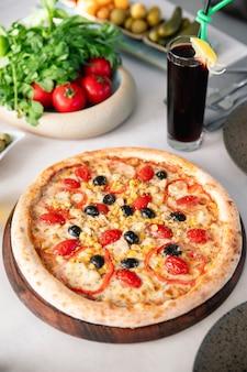 Пицца с помидорами, оливками, кукурузой и болгарским перцем