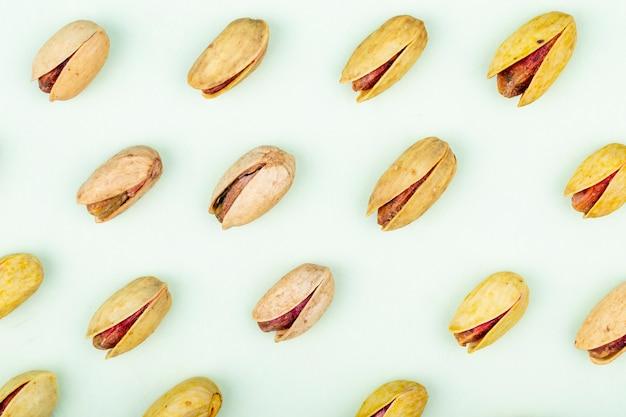 白い背景で隔離のピスタチオナッツのトップビュー