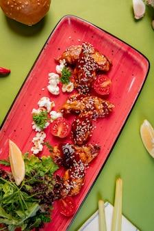 Жареная курица с кунжутом и соусом