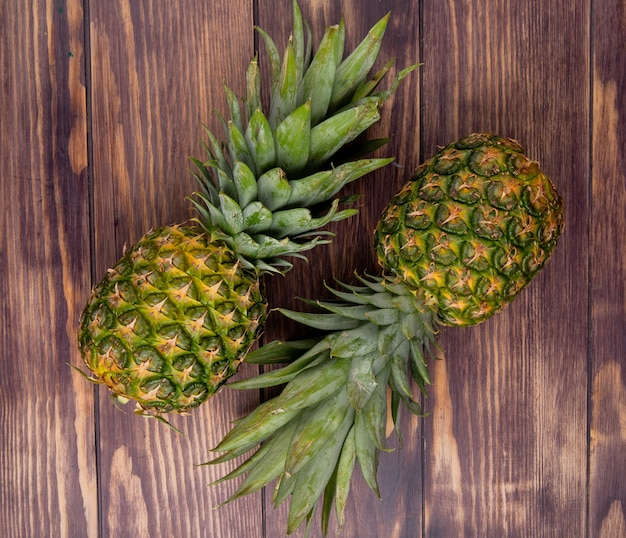 Вид сверху ананасов на деревянном фоне