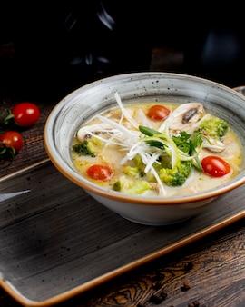 Суп из брокколи с помидорами, грибами и зеленью