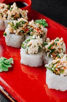 Суши роллы подаются с васаби и соевым соусом