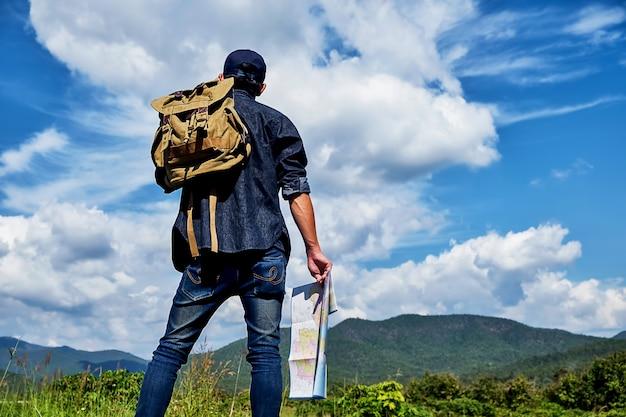 Мужчина с сумкой в деревне