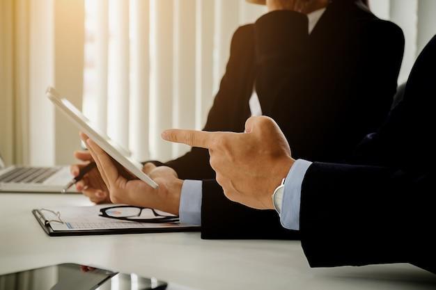Встреча бизнес-команды. профессиональный инвестор, работающий с новым проектом запуска. цифровой планшетный компьютер дизайн ноутбука смартфон в офисе.