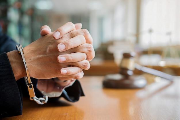 悲しみとストレスを感じる手錠の弁護士と弁護士を裁く。