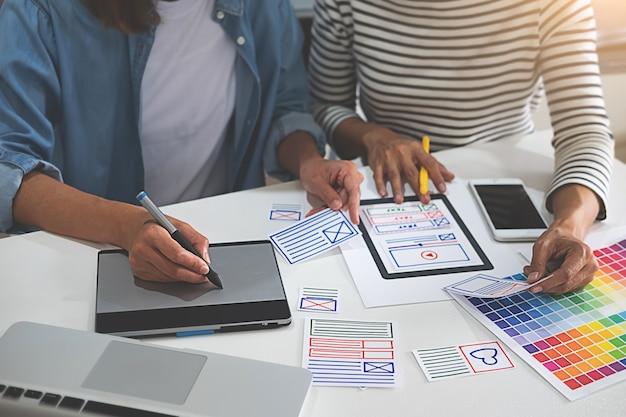 戦略計画のためのウェブデザイナーのブレインストーミング