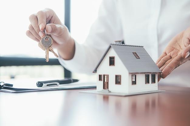 家や不動産のためのお金を節約する。