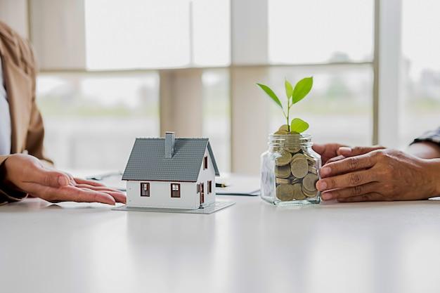 将来家や財産に投資するためのお金を節約する。ビジネスファイナンスの概念。