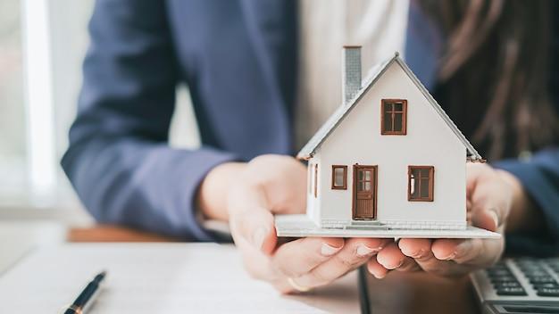 不動産ブローカーの住宅とレンタカーの賃貸契約