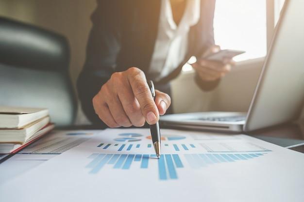 財務コンサルティングマネージャーの会計士の専門家の議論