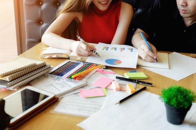 教育コンセプト。キャンパスの概念を勉強しブレインストーミングする学生。本や教科書の問題を話し合っている学生を閉じます。選択フォーカス。