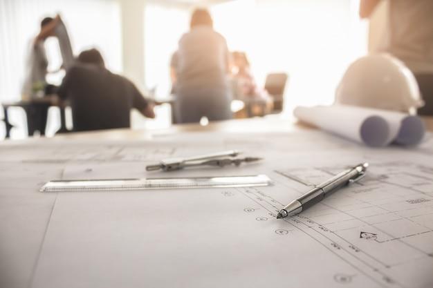 職場トップビューでの工学的オブジェクトのイメージ。コンセプトコンセプト。エンジニアリングツール。ベクトルトーンレトロフィルタ効果、ソフトフォーカス(選択フォーカス)