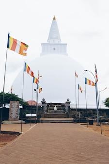 スリランカの白い仏教寺院