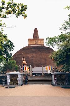 スリランカの茶色の仏教寺院
