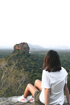スリランカのライオンロックを見て若い女性