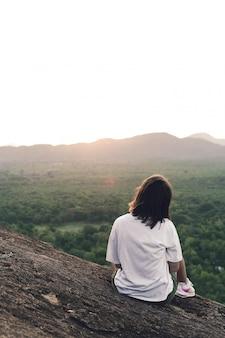 バリ島の朝のジャングルの前の女の子