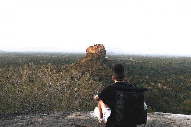 スリランカのライオンロックの前で若い男