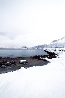 海とノルウェーのフィヨルド