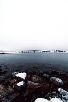 ノルウェーの海の真ん中にある橋