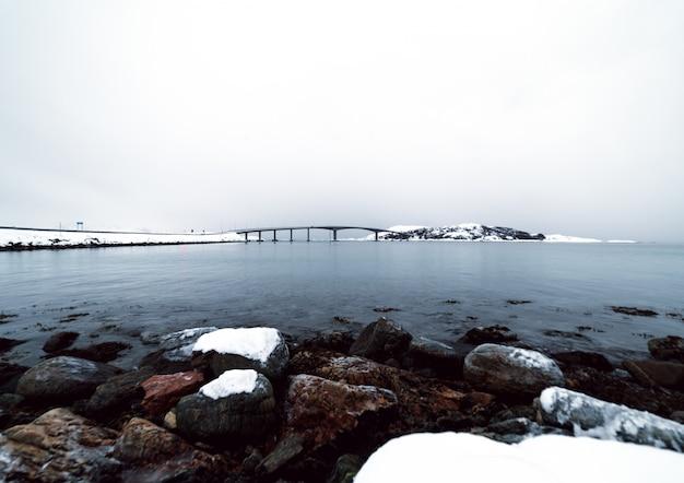ノルウェーの村につながる橋