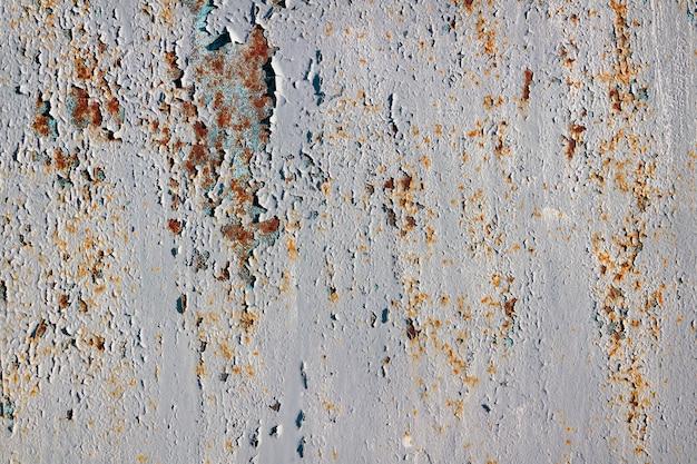 Пилинг краска на ржавой металлической поверхности.