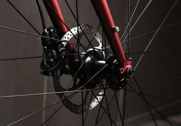 赤いロードバイクのディスクブレークシステムのクローズアップ。