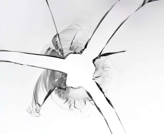 割れたガラス、白い背景の上のマクロ写真のテクスチャ。