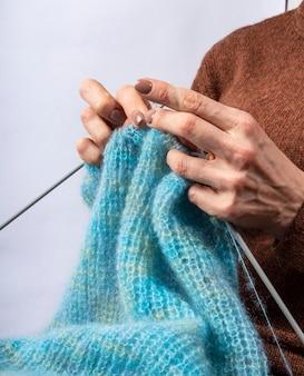 編み物の手のクローズアップ。編み物のプロセス。手作り。