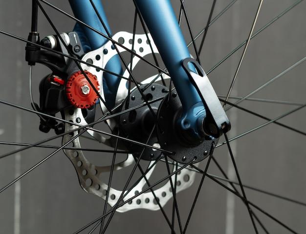 自転車ディスクブレーキのクローズアップ。ロードバイクのブレーキシステム。
