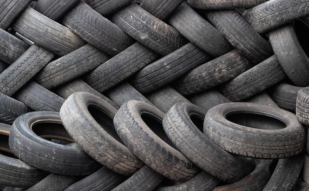 中古車のダンプタイヤの束。環境汚染。