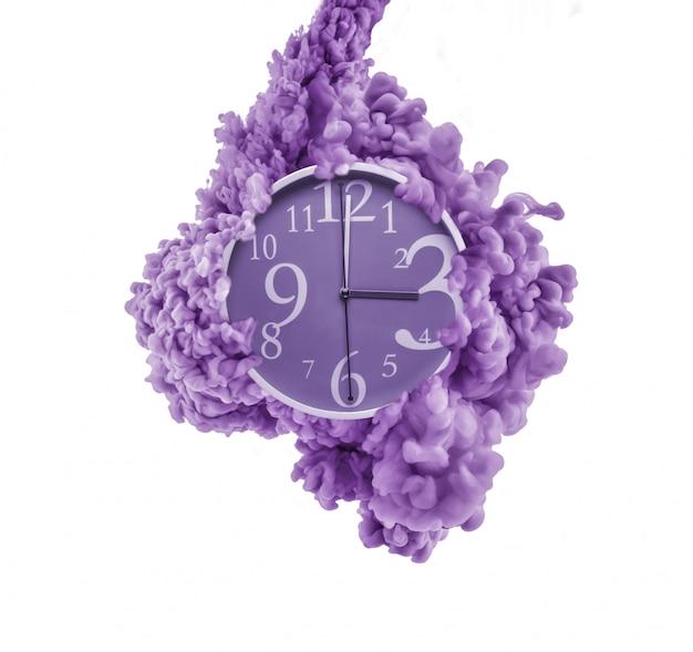 Часы в брызгах краски. концепция управления временем.