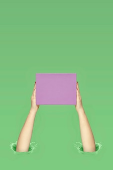 ギフト用の箱を保持している女性。ギフトを与える概念。