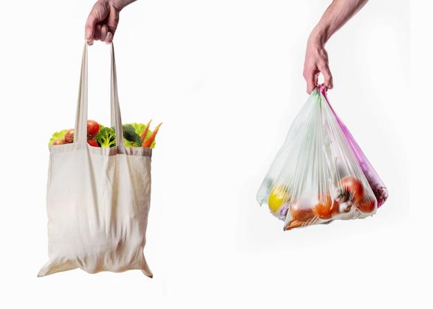 白い背景の上のプラスチックと布のバッグ